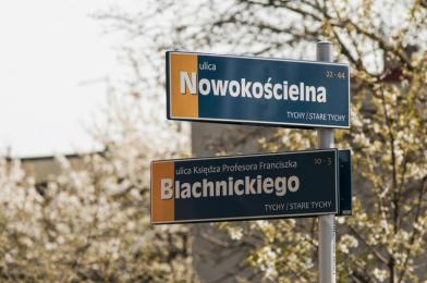 Nowe tabliczki z nazwami ulic i rond