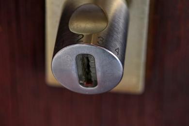 Jesień sprzyja włamywaczom. Zamykaj drzwi i nie daj się okraść!